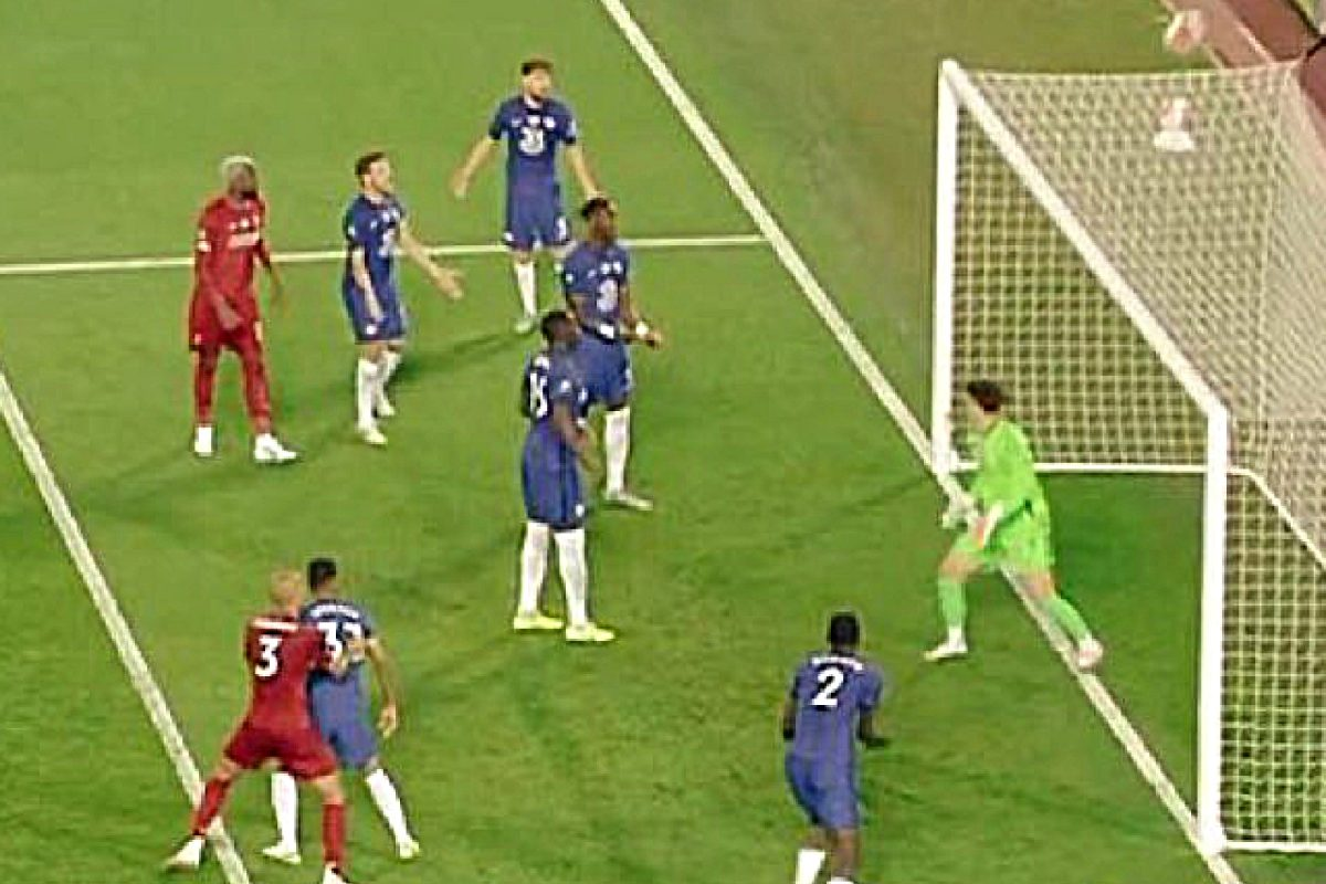 Chelsea defenders shouting at Kepa for not coming to collect the ball against Liverpool