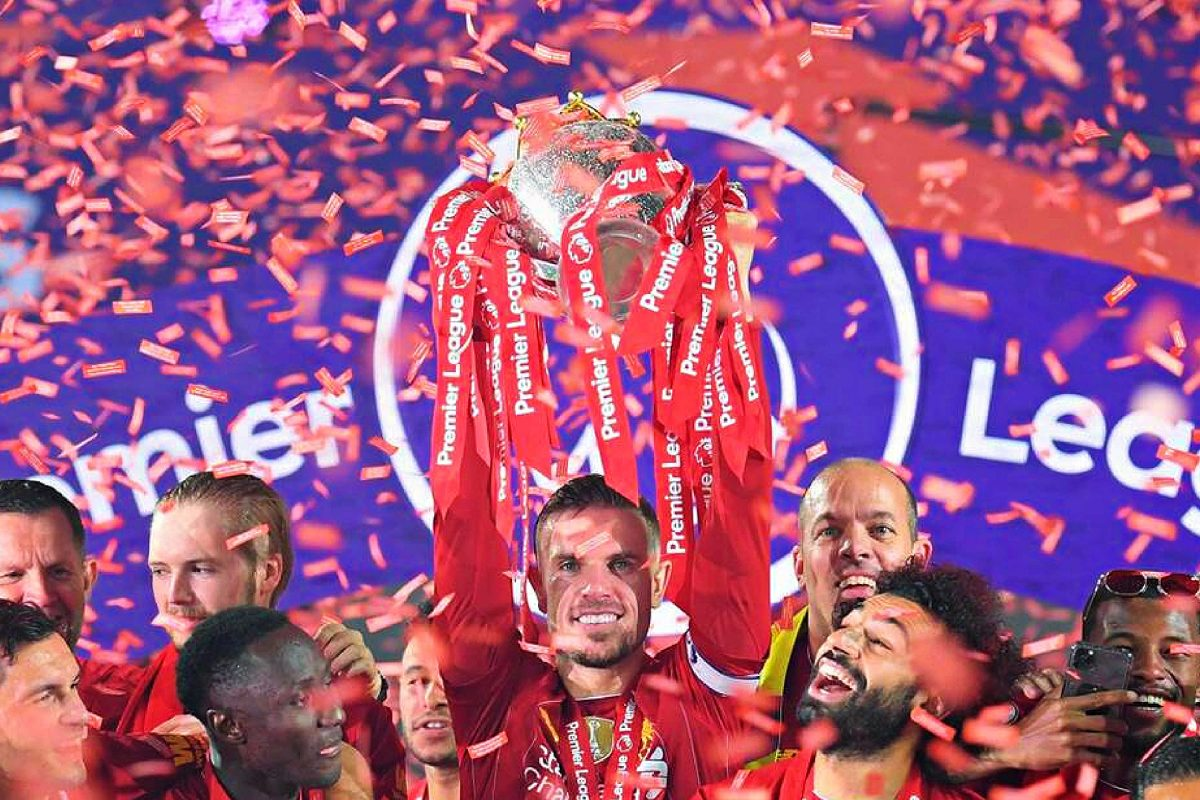 Jordan Henderson and Liverpool players lift the Premier League trophy