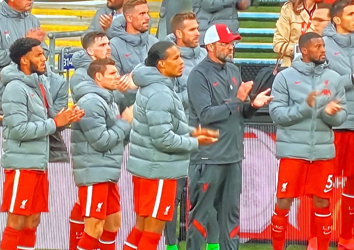 Liverpool players applaud Arsenal