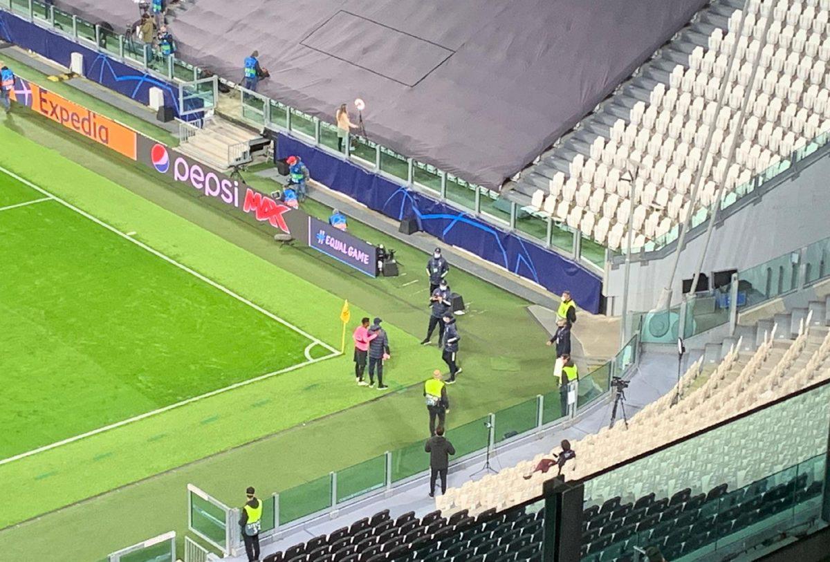 Ansu Fati taking pictures with Juventus ballboys