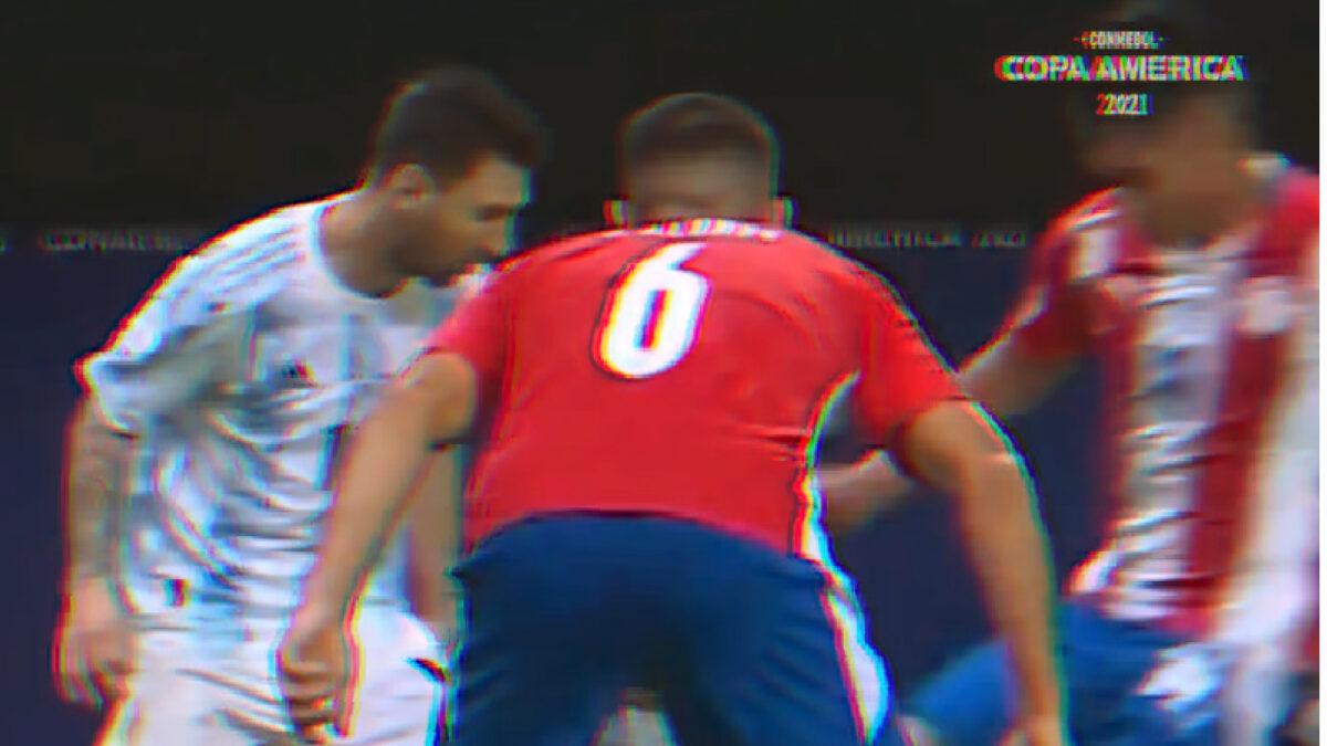 Lionel Messi in the process of nutmegging Santiago Arzamendia