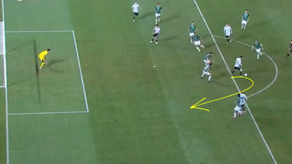 Lionel Messi with his back towards the two Bolivian defenders before making a pass in completely different direction
