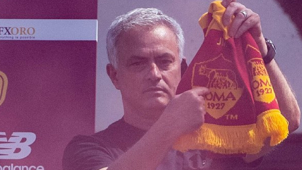 Jose Mourinho points at the AS Roma badge